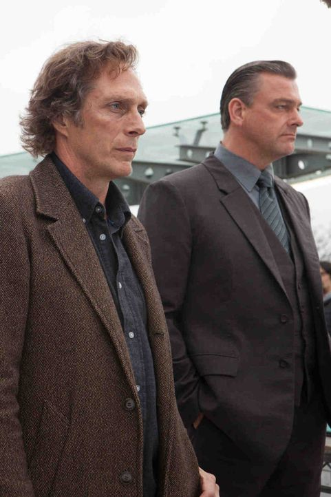 Gemeinsam mit dem Chief Inspector von New Scotland Yard, Miles Lennon (Ray Stevenson, r.), gelingt es Hickman (William Fichtner, l.), das Versteck d... - Bildquelle: Dusan Martincek Tandem Productions GmbH. TF1 Production SAS. All rights reserved