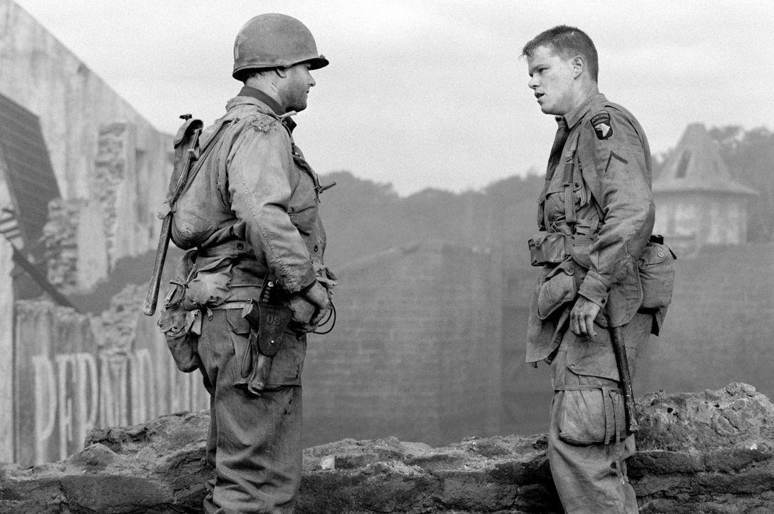 Endlich hat Captain Miller (Tom Hanks, l.) James Ryan (Matt Damon, r.) wohlbehalten aufgefunden. Doch nun weigert sich dieser, in die Heimat zurück... - Bildquelle: United International Pictures