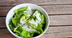 Cremig und einfach köstlich: Joghurt-Dressing ist nicht ohne Grund sehr beliebt.