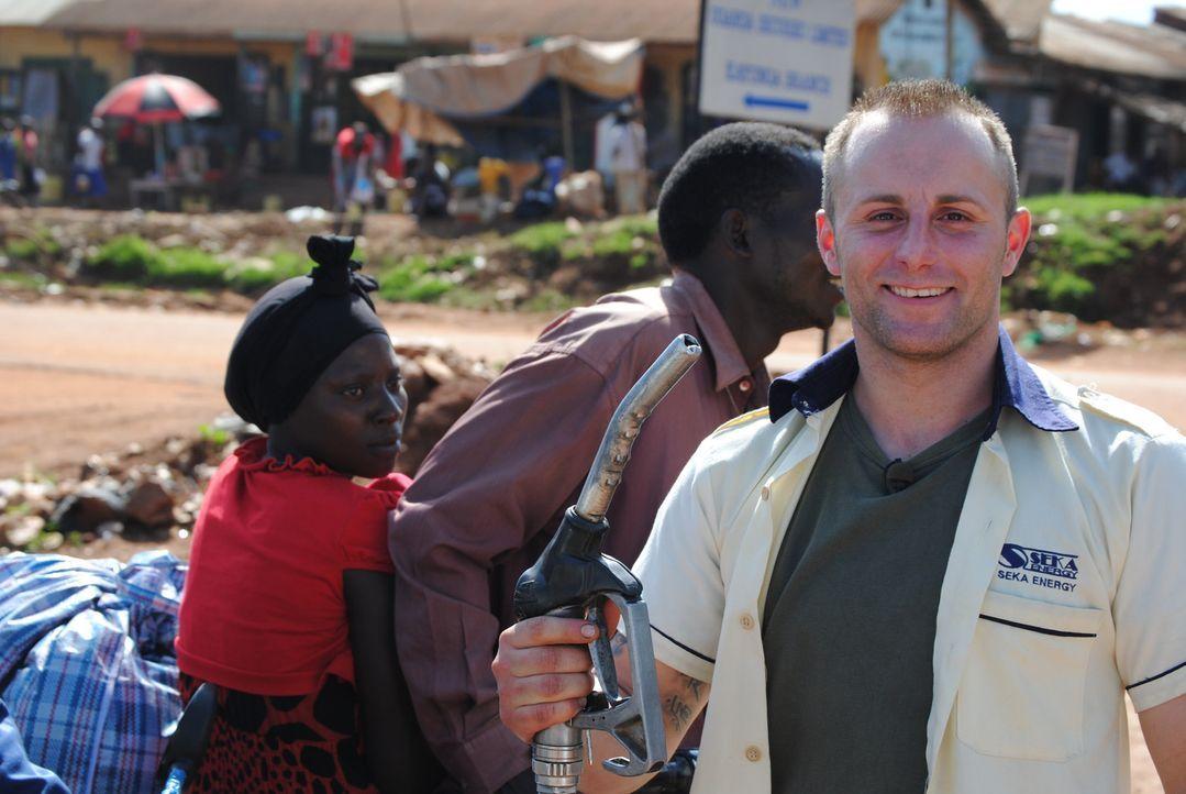 Der Tankwart Dominic (r.) muss in Uganda Improvisationstalent beweisen ... - Bildquelle: kabel eins