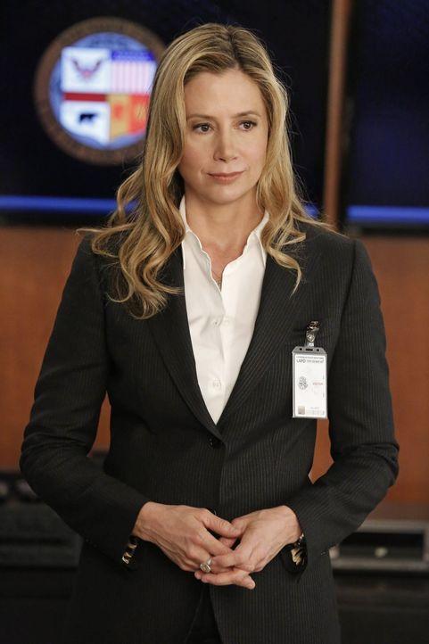 Übernimmt die Leitung in Beths Fall: Vicki (Mira Sorvino) ... - Bildquelle: Warner Bros. Entertainment, Inc.