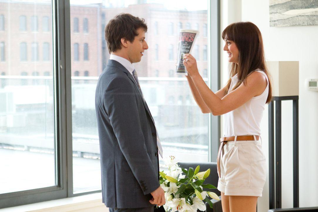 Kurz vor seiner Hochzeit mit der vermögenden Jamie (Leighton Meester, r.) erfährt Todd (Andy Samberg, l.), dass sein Vater, von dem er ewig nichts g... - Bildquelle: 2012 Columbia Pictures Industries, Inc. All Rights Reserved.