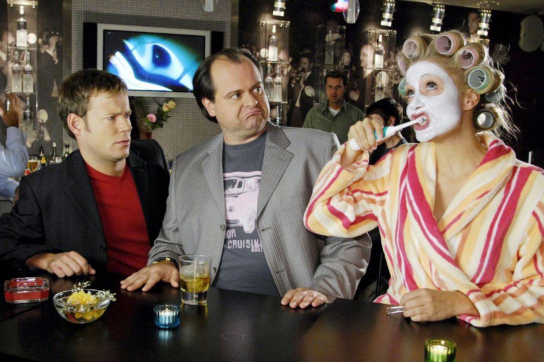 Die Comedy WG geht auf die Rolle. Mathias (Mathias Schlung, l.) und Markus (Markus Majowski, M.) sind erstaunt, dass Janine (Janine Kunze, r.) diesm... - Bildquelle: Sat.1