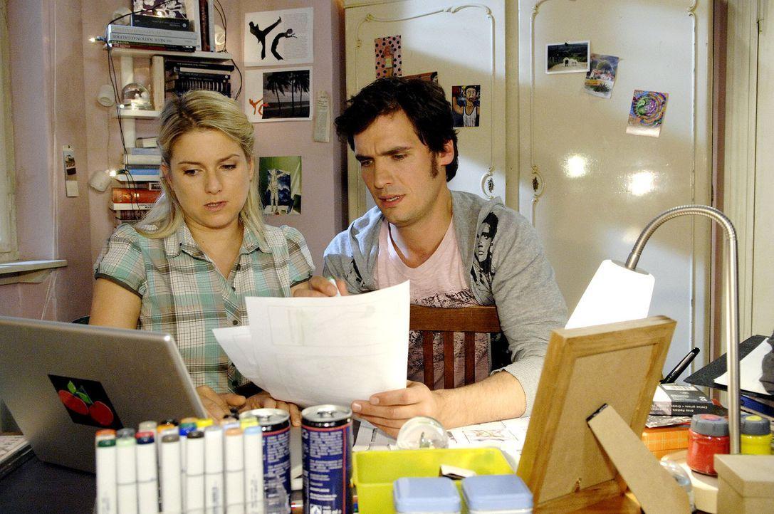 Anna (Jeanette Biedermann, l.) und Alexander (Paul T. Grasshoff, r.) sind stolz, einen namhaften Regisseur für ihre Kampagne zu gewinnen. Als der j... - Bildquelle: Sat.1