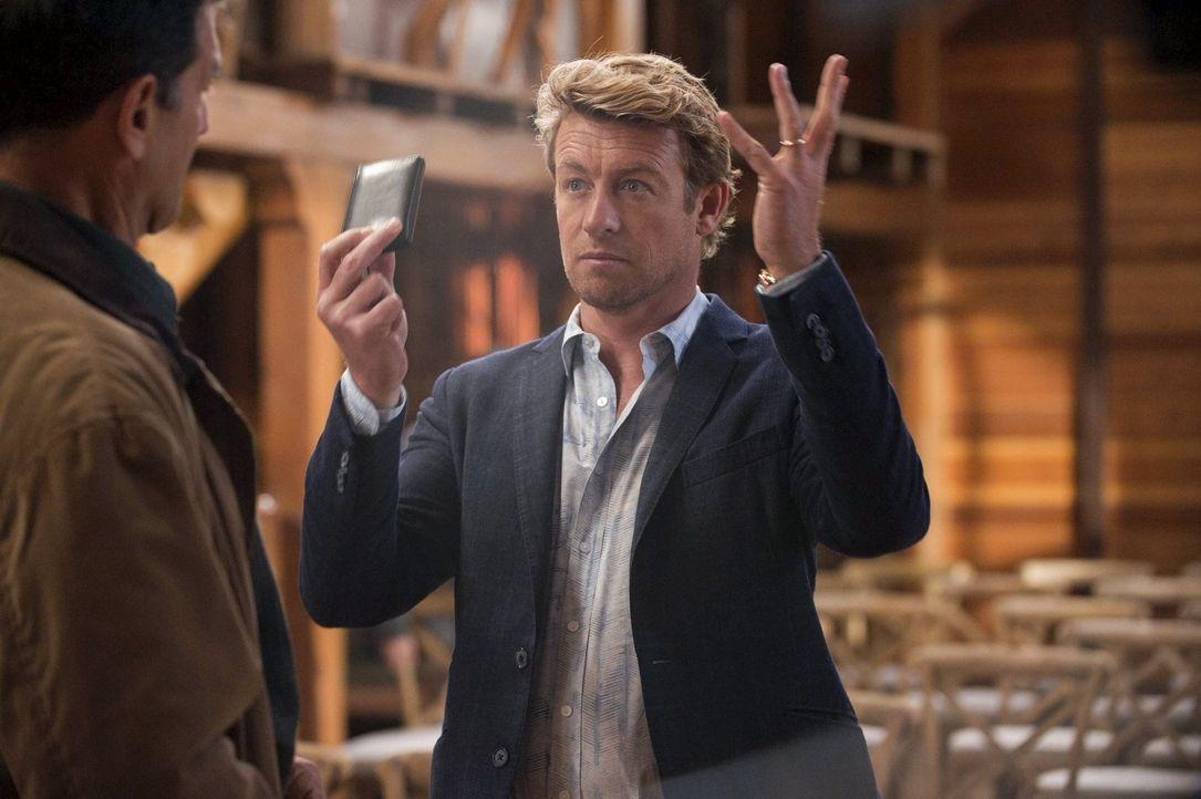 Mit rafffinierten Tricks versucht Patrick Jane (Simon Baker, r.) den Geschäftsführer des exklusiven Forager's Club, Kenyon Russell (Mark Harelik, l.... - Bildquelle: Warner Bros. Television