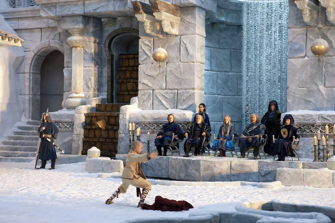 Am Nordpol angekommen, lernen Katara und Aang (Noah Ringer, vorne) ihre Wasserbändiger-Fähigkeiten unter der Leitung von Meister Pakku zu verbesse... - Bildquelle: Zade Rosenthal 2010 PARAMOUNT PICTURES.  All Rights Reserved.