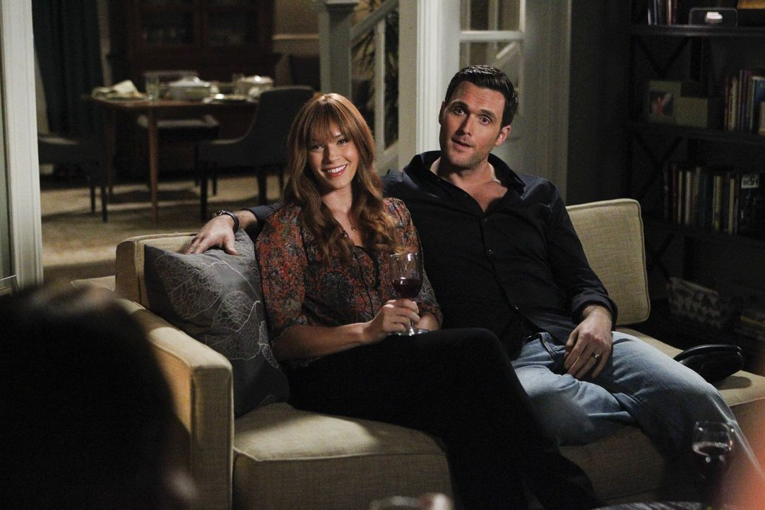 Freuen sich, Patrick Jane wiederzusehen: Grace (Amanda Righetti, l.) und Wayne (Owain Yeoman, r.) ... - Bildquelle: Warner Brothers Entertainment Inc.