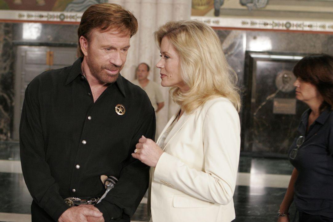 Gelingt es der Staatsanwältin Alex Cahill (Sheree J. Wilson, r.)und dem Texas Ranger Cordell Walker (Chuck Norris, l.), die wahren Schuldigen ausfin... - Bildquelle: CBS Television
