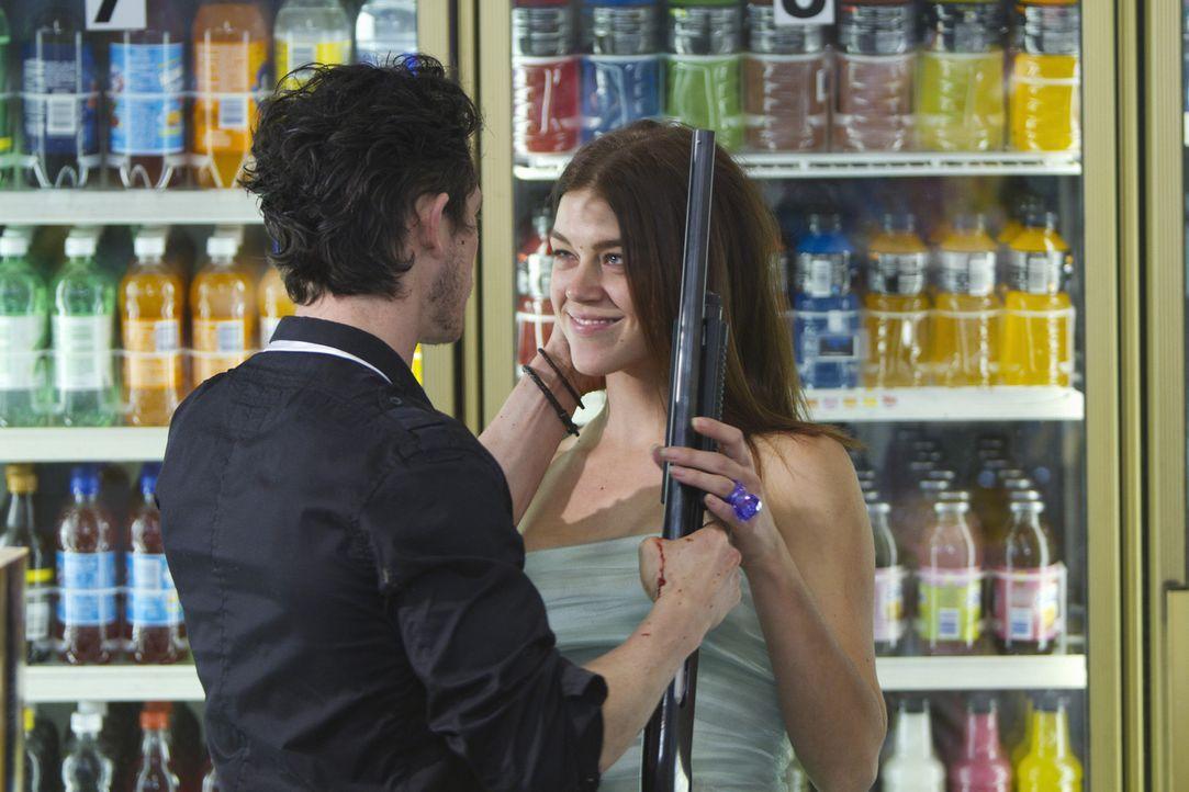 Ray (Jonathan Tucker, l.) und Sydney (Adrianne Palicki, r.), ein frisch verheiratetes Alkoholiker-Pärchen, genießen ihre Flitterwochen, indem sie... - Bildquelle: ABC Studios