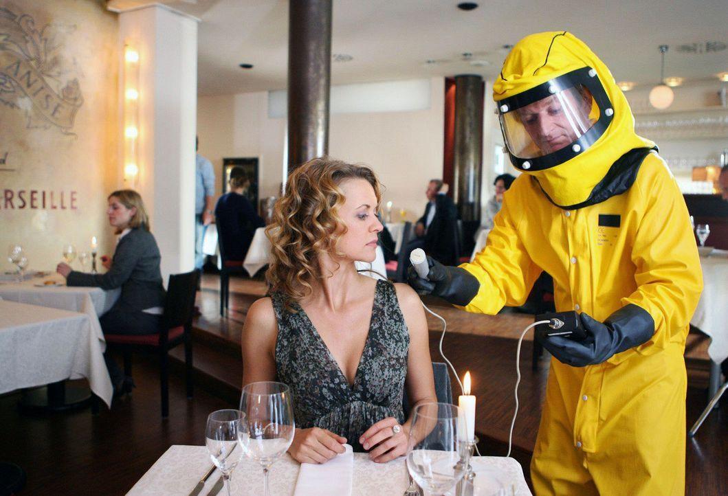 Hier ein Beispiel eines der Dinge, die Sie nicht tun sollten, wenn Sie in einem Restaurant sind ... - Bildquelle: Sat.1