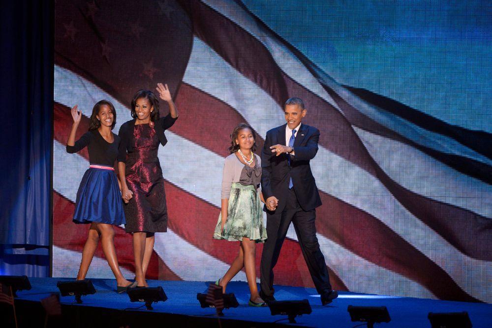Präsident Barack Obama (rechts), seine Frau Michelle (2.v.l.) und ihre beiden Töchter Malia (links) and Sasha kommen gemeinsam auf die Bühne. - Bildquelle: dpa - Bildfunk +++ Verwendung nur in Deutschland