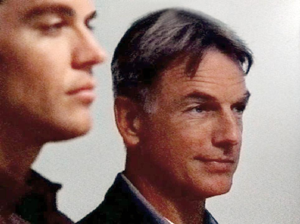 Gibbs (Mark Harmon, r.) und Tony DiNozzo (Michael Weatherly, l.) erkennen bei der Autopsie, dass die Todesursache des ertrunkenen Matrosen genauso o... - Bildquelle: CBS Television