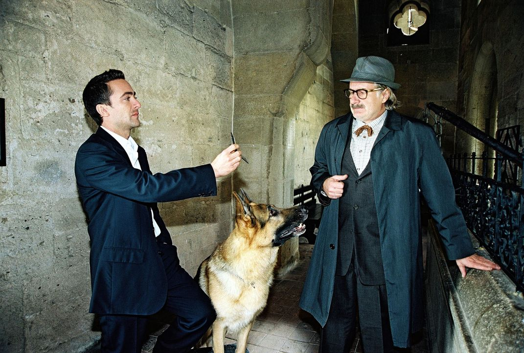 Marc (Alexander Pschill, l.) verhört den verdächtigen Burgführer Otto Marchart (Michael Schottenberg, r.). - Bildquelle: Sat.1