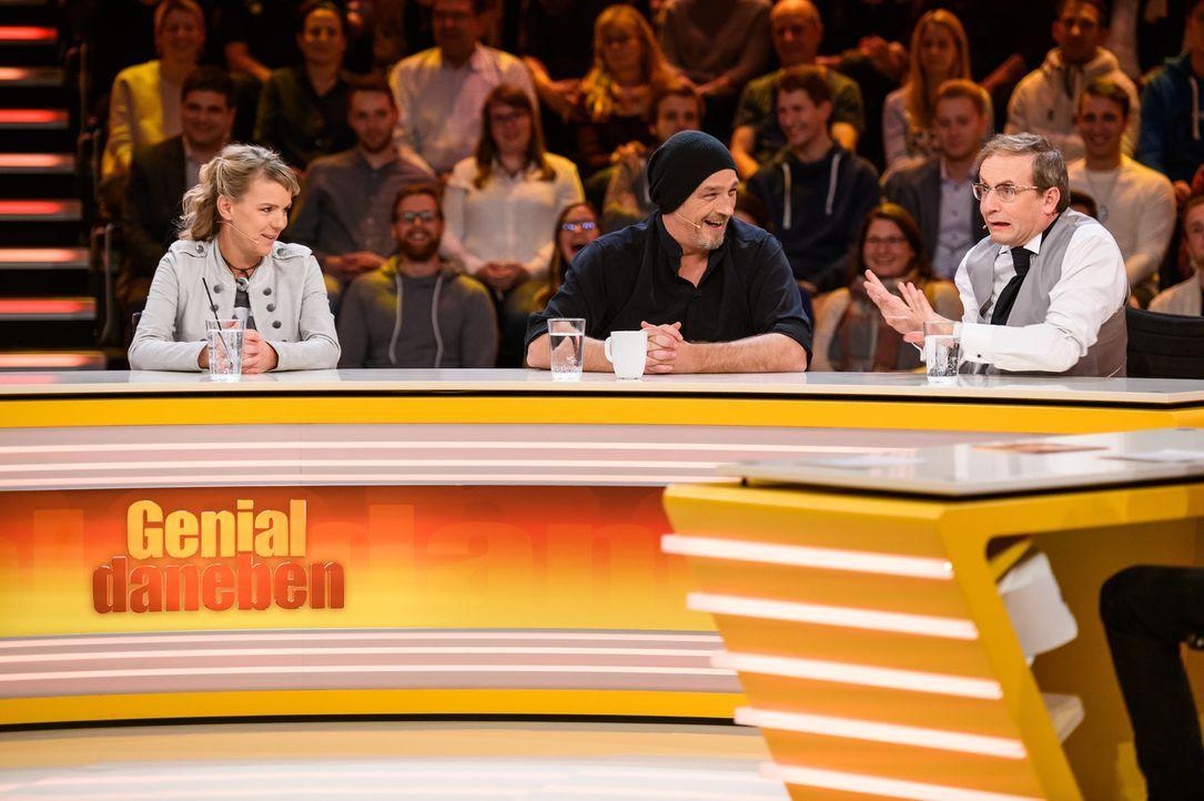 Mirja Boes (l.), Torsten Sträter (M.) und Wigald Boning (r.) lassen nicht locker und stellen sich den genialen Fragen der Zuschauer. - Bildquelle: Willi Weber SAT.1