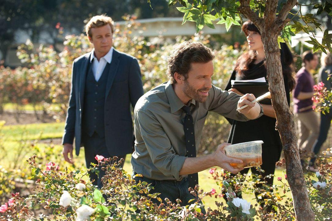 Patrick (Simon Baker, l.) muss den Mord an einer Biologiedoktorandin aufklären. Die Ermittlungen führen ihn an die Uni, doch wird der dort, unter... - Bildquelle: Warner Bros. Television
