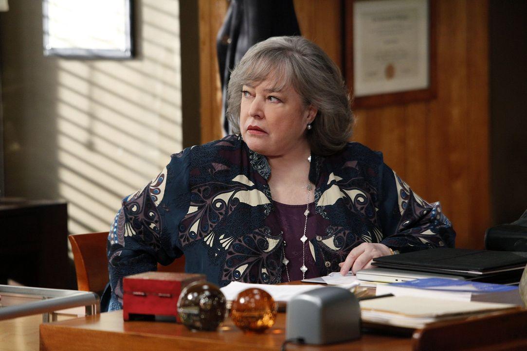 Arbeitet an einem neuen Fall: Harriet (Kathy Bates) ... - Bildquelle: Warner Bros. Television