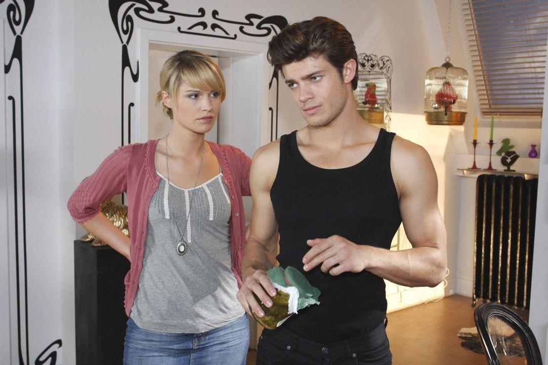 Nachdem Jessica (Isabell Ege, l.) Moritz (Eugen Bauder, r.) ihren Plan mitgeteilt hat, sagt er ihr unbeholfen, dass er sie vermissen wird  ... - Bildquelle: SAT.1
