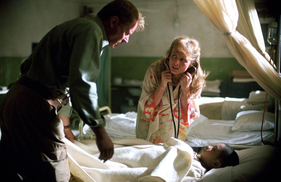 Ist der kleine Joseph (Remy Sweeney, M.) von Dämonen besessen? Merrin (Stellan Skarsgård, r.) und die Ärztin Sarah (Izabella Scorupco, l.) versuchen... - Bildquelle: Warner Brothers
