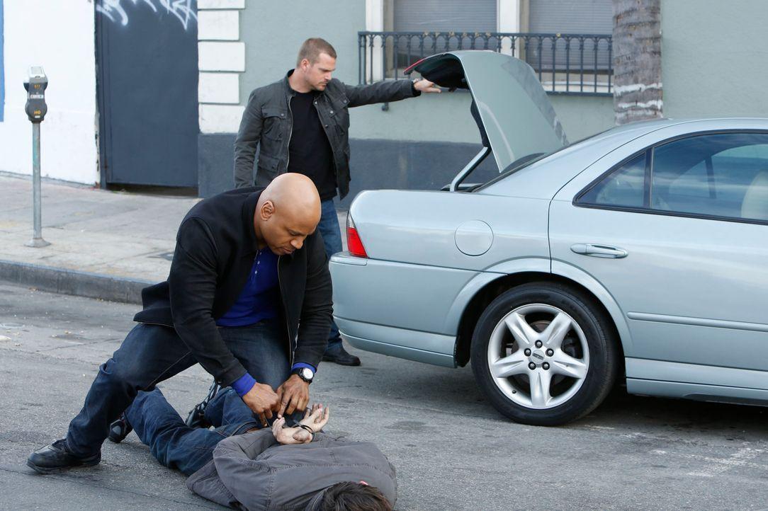 Ein neuer Fall wartet auf Callen (Chris O'Donnell, hinten) und Sam (LL Cool J, vorne) ... - Bildquelle: CBS Studios Inc. All Rights Reserved.