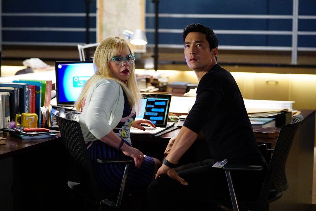 Garcia (Kirsten Vangsness, l.) vermutet, dass Scratch das Team abhört und jeden Schritt der BAU verfolgt. Zusammen mit Matt Simmons (Daniel Henney,... - Bildquelle: Sonja Flemming ABC Studios