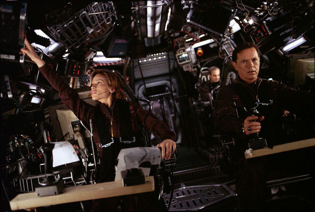 """Ihre Mission lautet: Major Rebecca """"Beck"""" Childs (Hilary Swanks, l.) und Colonel Robert Iverson (Bruce Greenwood, r.) sollen einen atomaren Sprengko... - Bildquelle: TM & Copyright   2003 by Paramount Pictures. All Rights Reserved."""