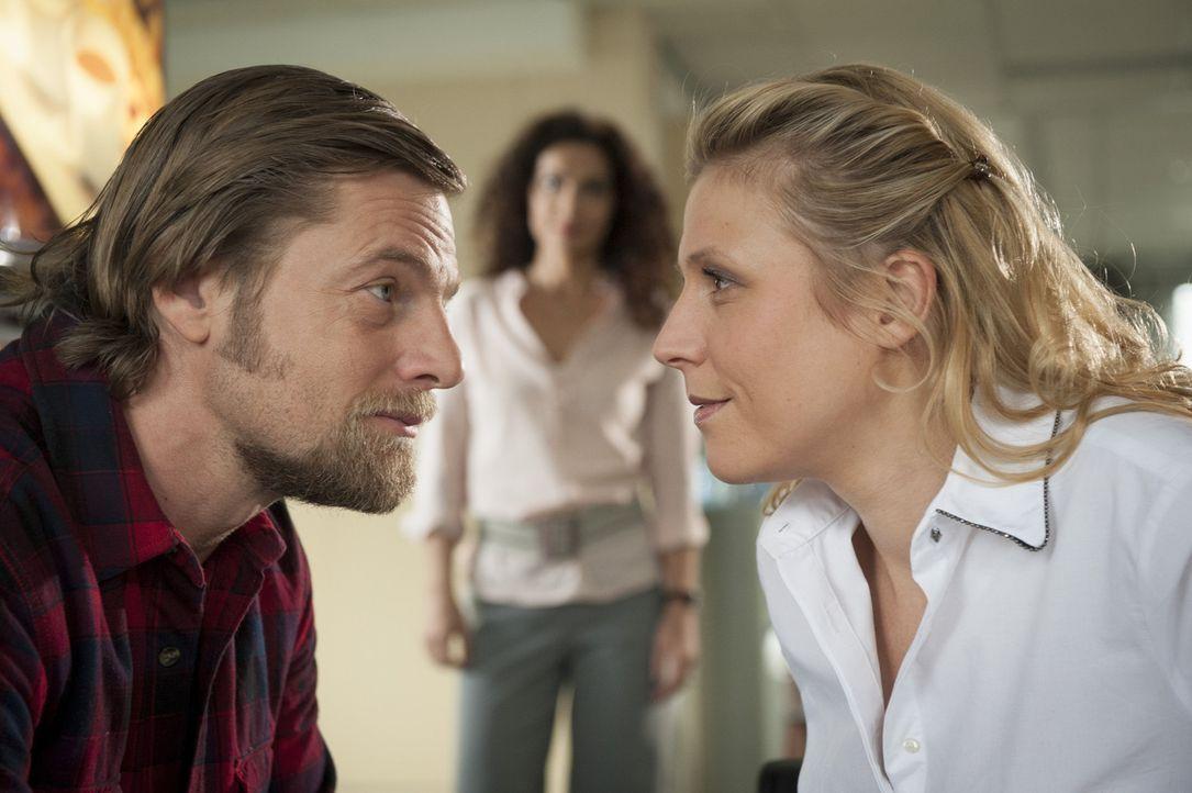 Tanja (Proschat Madani, M.) kann ihre verliebte Anwesenheit nur schwer ertragen: Mick (Henning Baum, l.) und Steffi (Franziska Weisz, r.) ... - Bildquelle: Martin Rottenkolber SAT.1