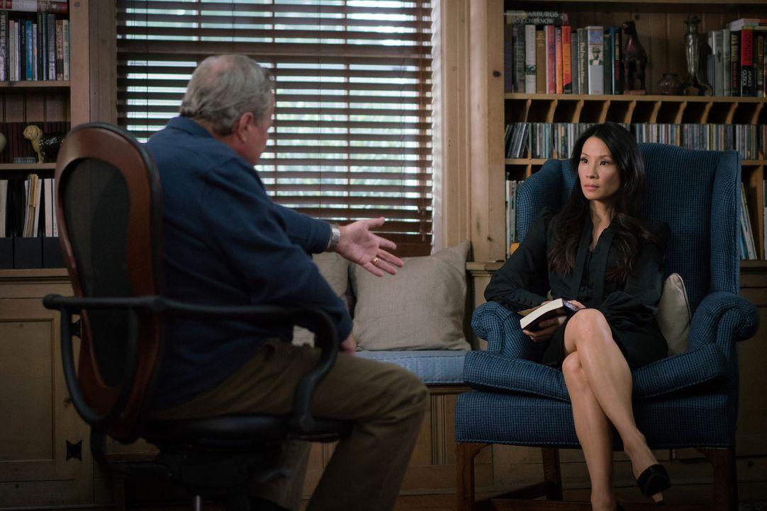 Als herauskommt, dass Joans (Lucy Liu, r.) Stiefvater Henry (John Heard, l.) einen Kriminalroman über die Fälle von seiner Tochter und Holmes schrei... - Bildquelle: Michael Parmelee 2015 CBS Broadcasting Inc. All Rights Reserved.