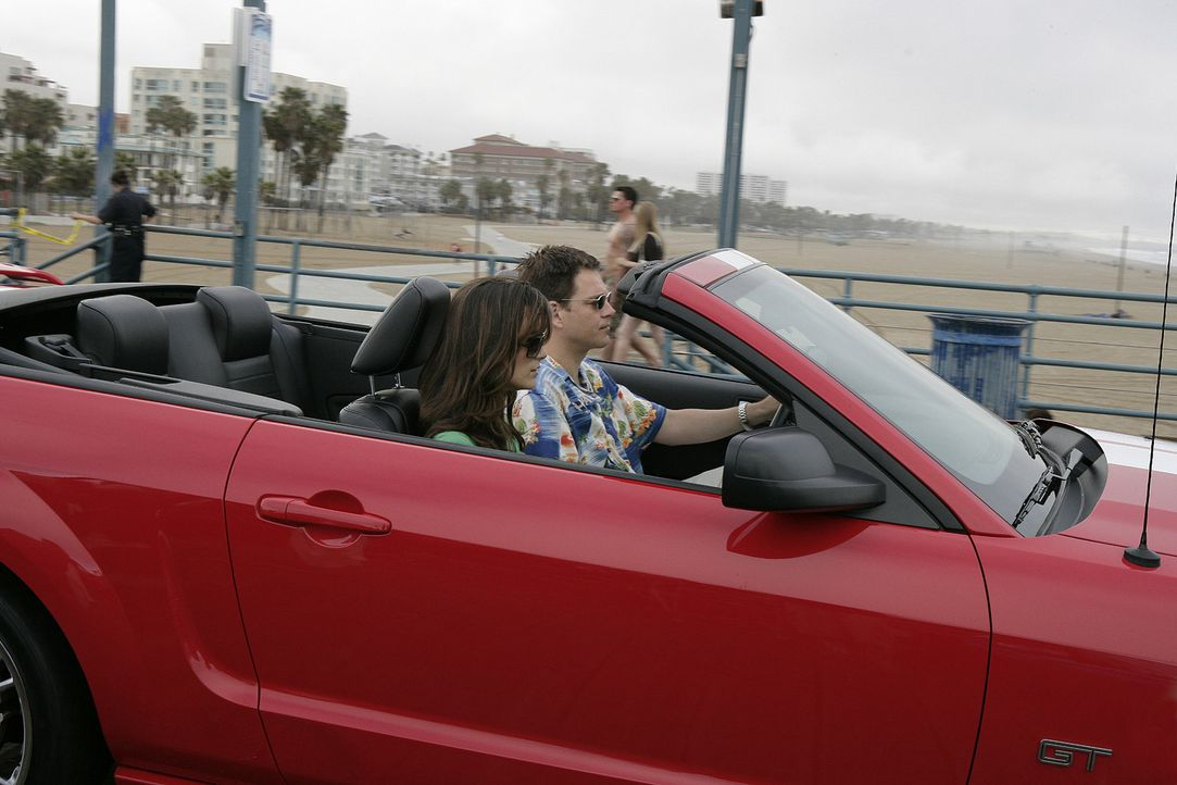 Ziva (Cote de Pablo, l.) und Tony (Michael Weatherly, r.) begleiten Jenny nach Los Angeles zu der Beerdigung eines früheren NCIS Agenten. Bei der B... - Bildquelle: CBS Television