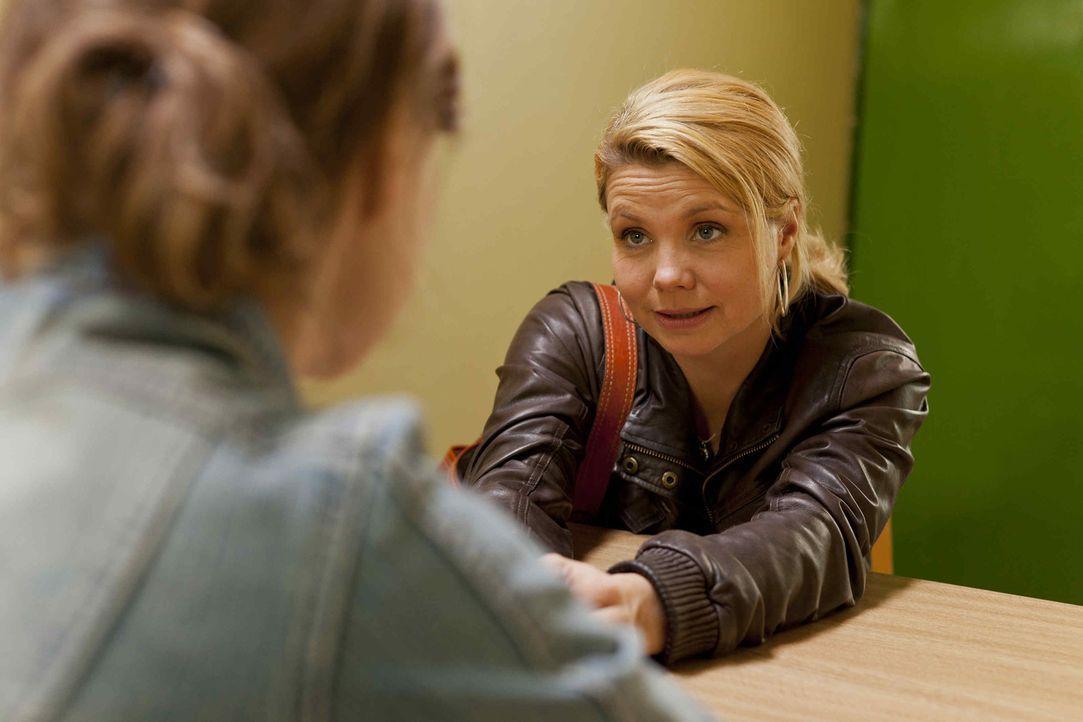 Wegen Dustin steht die Freundschaft von Danni (Annette Frier, r.) und Bea (Nadja Becker, l.) unter keinem guten Stern ... - Bildquelle: Frank Dicks SAT.1