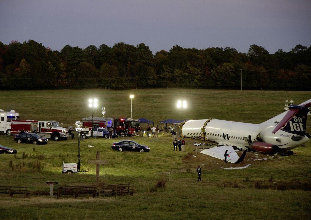 Geschafft: Whip ist es gelungen, auf einem Feld notzulanden. Fast alle Passagiere sind gerettet ... - Bildquelle: Robert Zuckerman 2012 PARAMOUNT PICTURES. ALL RIGHTS RESERVED. / Robert Zuckerman