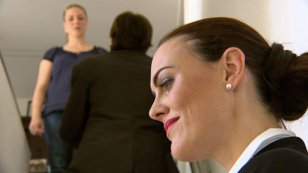 Sie will ihn besitzen - um jeden Preis! Seit einer heißen Nacht mit ihrem Chef (M.) ist die attraktive Sekretärin Natalie (r.) regelrecht besessen... - Bildquelle: SAT.1