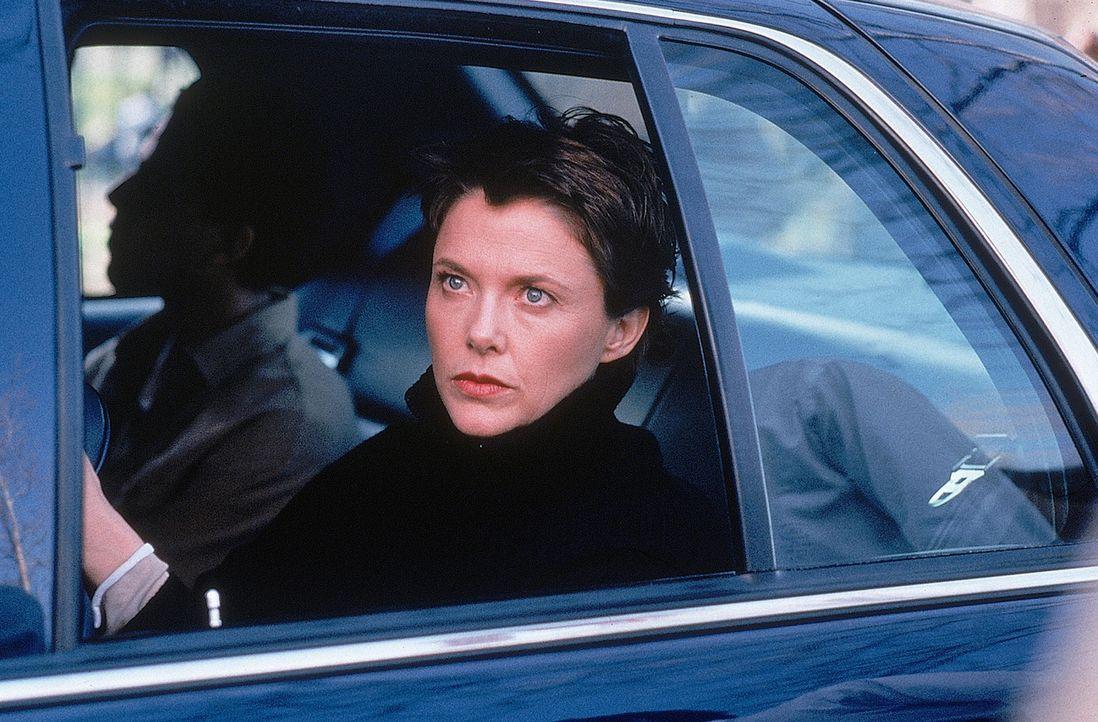 Nachdem der FBI-Agent Anthony Hubbard schlagkräftige Informationen erhält, kann CIA-Agentin Elise Kraft (Annette Bening, vorne) ihr Wissen nicht m... - Bildquelle: 20th Century Fox International Television