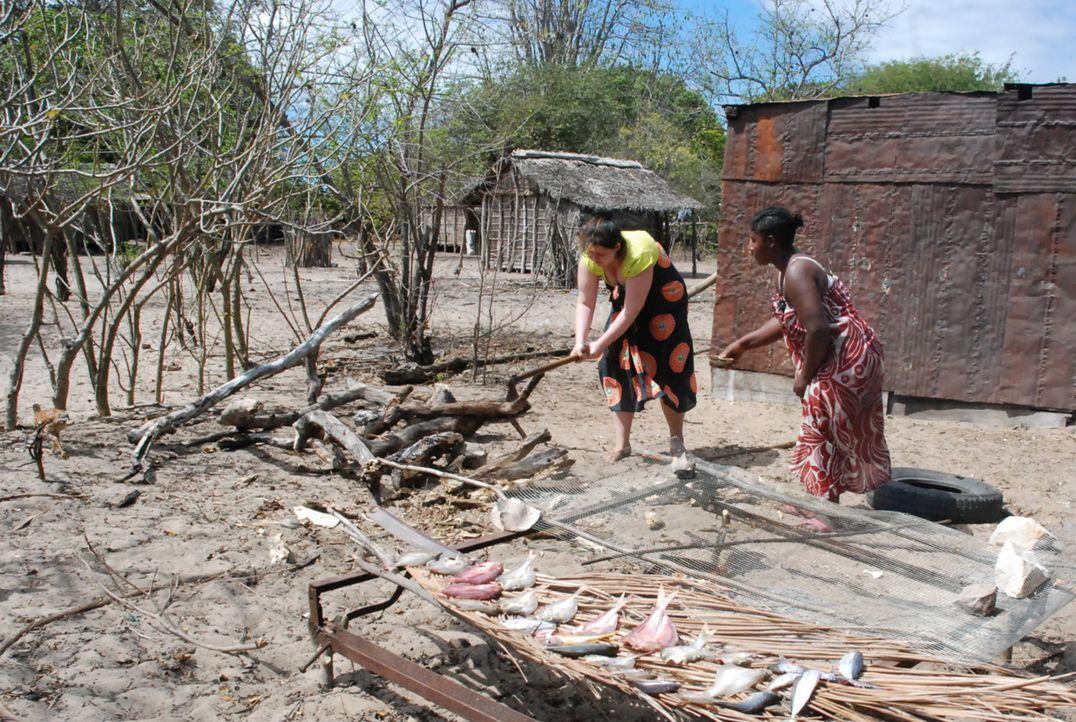 Auf Madagascar muss die verwöhnte Marta (l.) richtig anpacken. Wird sie endlich begreifen,  dass es noch etwas anderes im Leben gibt als Schminken,... - Bildquelle: kabel eins