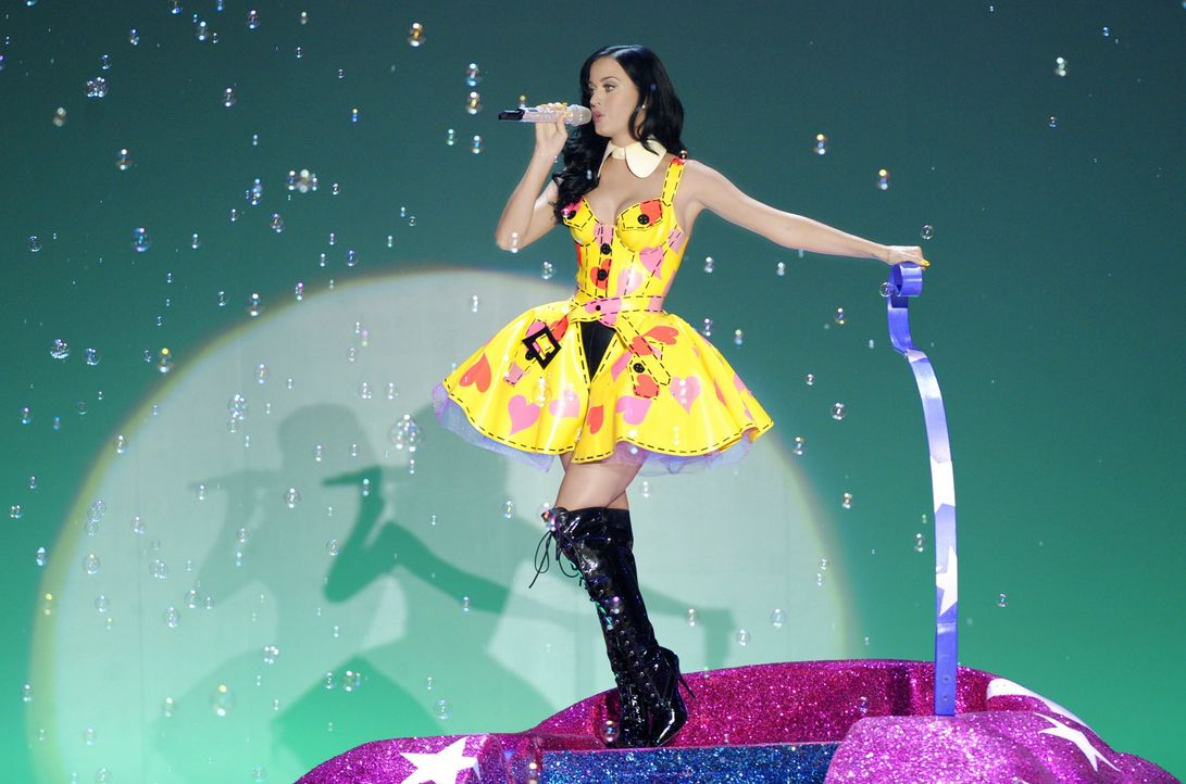 Bild: dpaIn diesem Popart-Dress performte Katy bei der Victoria's Secret Fas...