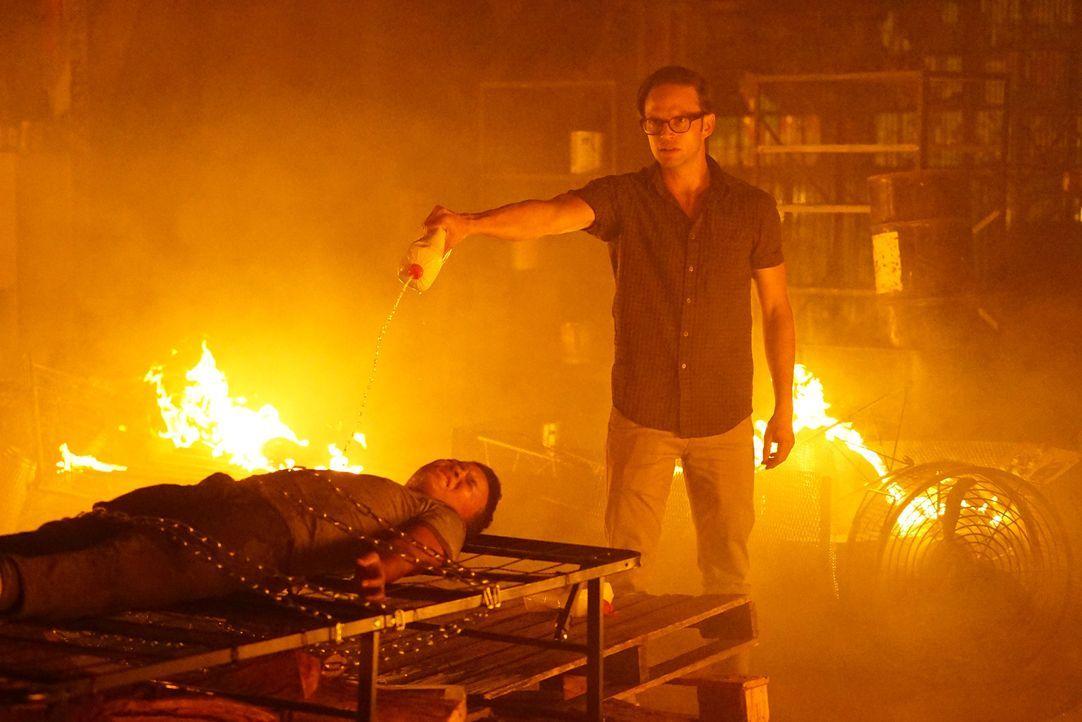 Nachdem John David Bates (Eric Murdoch, r.) Roberto Morales (Jaylin Ogle, l.) und dessen Schwester entführt hat, möchte er sie auf brutalste Weise t... - Bildquelle: Richard Cartwright ABC Studios