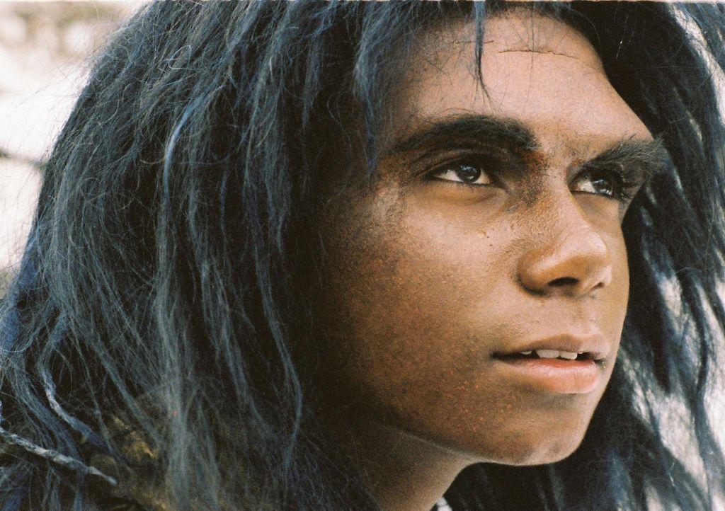 Durch einen Meteorit, wird der eingefrorene Neandertalerjunge Bataa (Clarence John Ryan) zum Leben erweckt ... - Bildquelle: Stefan Haring Dor Film
