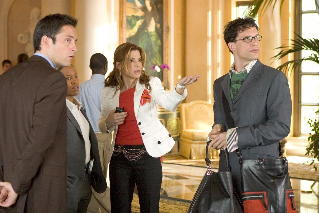 FBI-Angestellte Gracie Hart (Sandra Bullock, 2.v.r.) dient der Behörde nur noch als Aushängeschild und muss nun von Talkshow zu Talkshow durch ganz... - Bildquelle: Warner Bros. Television