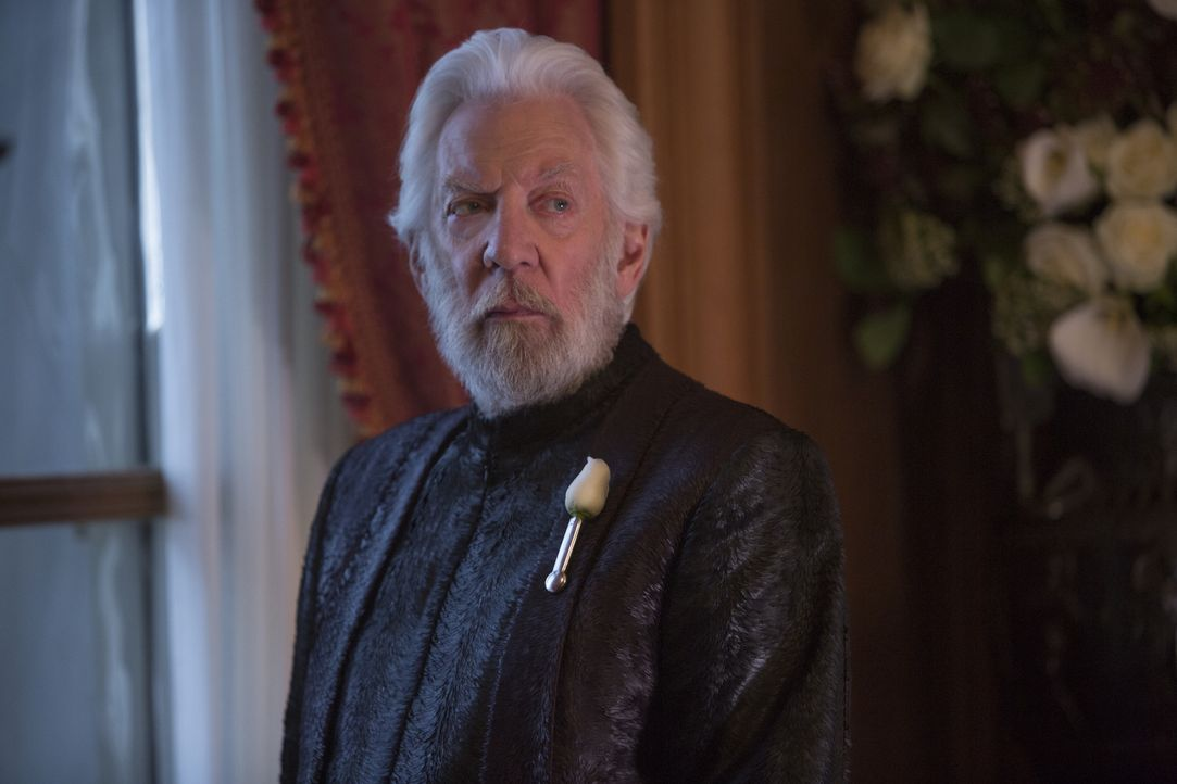 Diktator Coriolanus Snow (Donald Sutherland) ist nur noch davon besessen, Freiheitsikone Katniss Everdeen endgültig zu vernichten. Dafür ist ihm jed... - Bildquelle: Murray Close TM & © 2015 Lions Gate Entertainment Inc. All rights reserved. / Murray Close