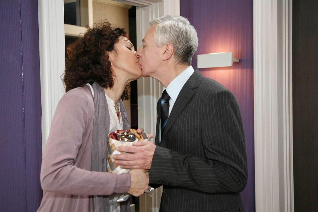 Sind glücklich miteinander: Pilar (Justine Hirschfeld, l.) und Marcel (Thomas Engel, r.) ... - Bildquelle: SAT.1