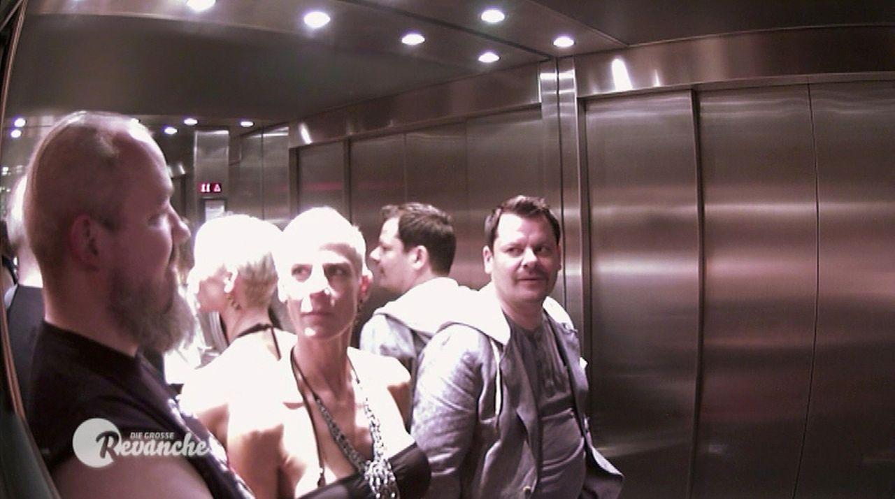 Keine leichte Aufgabe: Ingo Appelt (r.), muss sich im feststeckenden Aufzug vor Wrestlern und einem Sumo-Ringer für seinen frechen Bühnenhumor recht... - Bildquelle: SAT.1