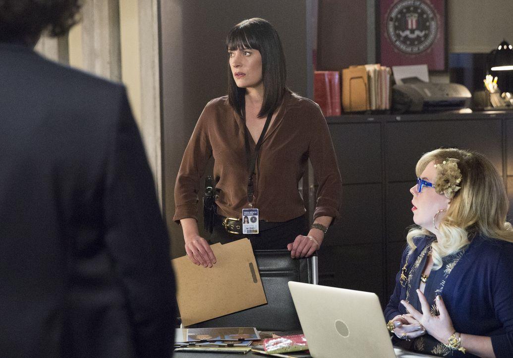 """Emily (Paget Brewster, l.) und Penelope (Kirsten Vangsness, r.) stehen vor einem Rätsel: Wieso nennt sich ein Mörder selbst """"Asklepios"""" und hat es n... - Bildquelle: Cliff Lipson ABC Studios"""