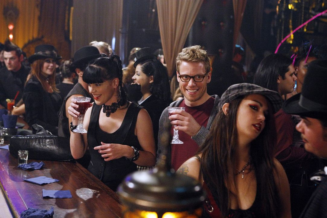 Um einen neuen Mordfall aufzudecken, wird Abby (Pauley Perrette, l.) nach L.A. gerufen. Als sie allerdings mit Eric (Barrett Foa, r.) in einem Goth-... - Bildquelle: CBS Studios Inc. All Rights Reserved.