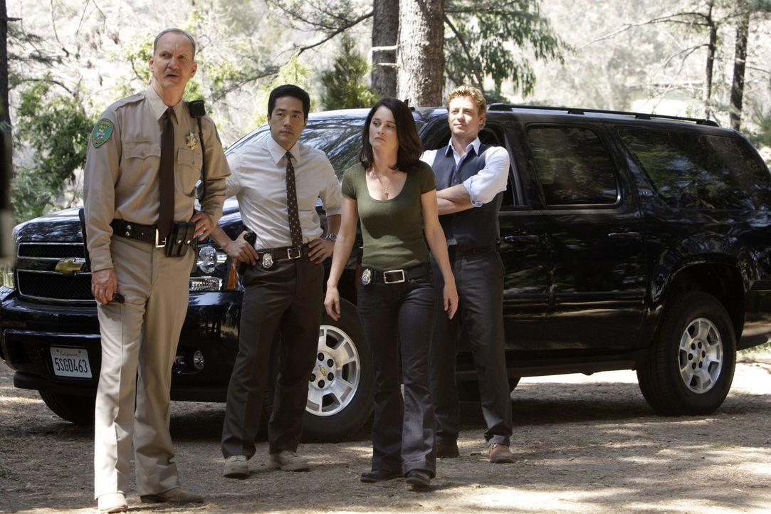 Kimball Cho (Tim Kang, 2.v.l.), Teresa Lisbon (Robin Tunney, 2.v.r.) und Patrick Jane (Simon Baker, r.) werden von Sheriff Nelson (Michael O'Neill l... - Bildquelle: Warner Bros. Television