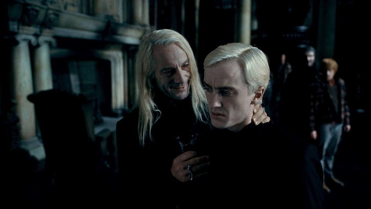 Lucius Malfoy (Jason Isaacs, l.) macht seinem Sohn Draco (Tom Felton, r.) unmissverständlich klar, was von ihm erwartet wird und auf wessen Seite er... - Bildquelle: 2010 Warner Bros.