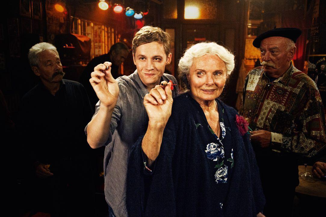 Sascha (Matthias Schweighöfer, l.) hätte nie gedacht, dass er mit der 87-jährigen Ella (Ruth Maria Kubitschek, r.) so viel Spaß haben würde. Um sie... - Bildquelle: 2016 Warner Brothers.