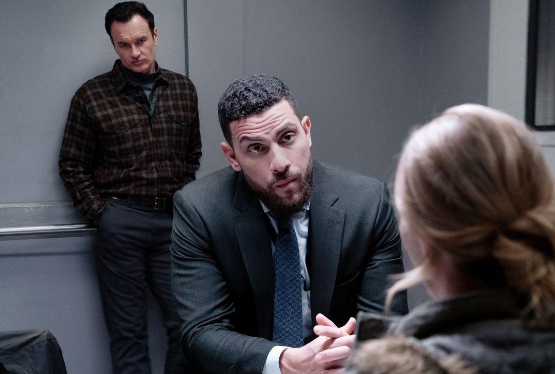 American Dreams - Jess LaCroix (Julian McMahon, l.); Special Agent Omar Adom 'OA' Zidan (Zeeko Zaki, r.) - Bildquelle: Mark Schafer 2020 CBS Broadcasting, Inc. All Rights Reserved. / Mark Schafer