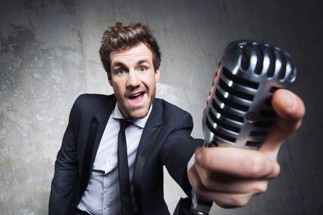 Luke Mockridge eröffnet den Deutschen Comedypreis. - Bildquelle: Boris Breuer SAT.1 / Boris Breuer