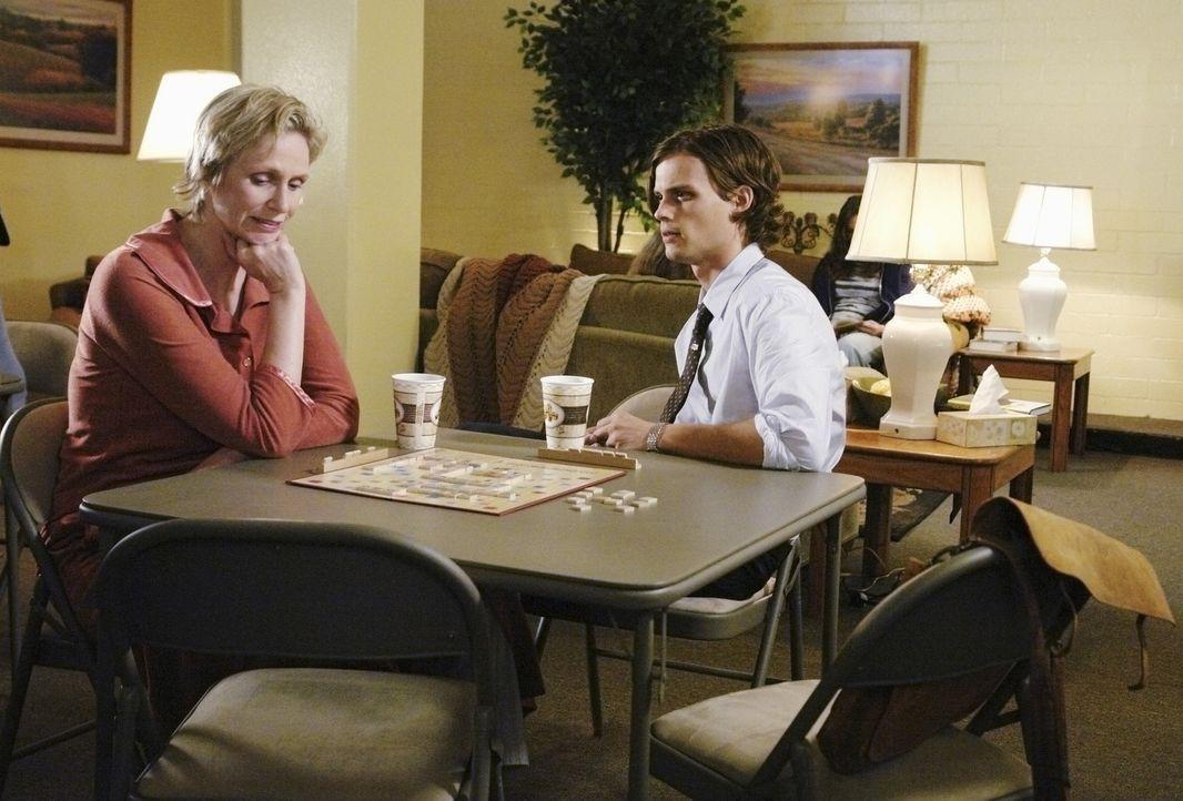 Während Reids Mutter Diana (Jane Lynch, l.) ihre Medikamente absetzt um den Schleier vor ihrem Gedächtnis zu lüften, vernimmt Reid... - Bildquelle: Touchstone Television