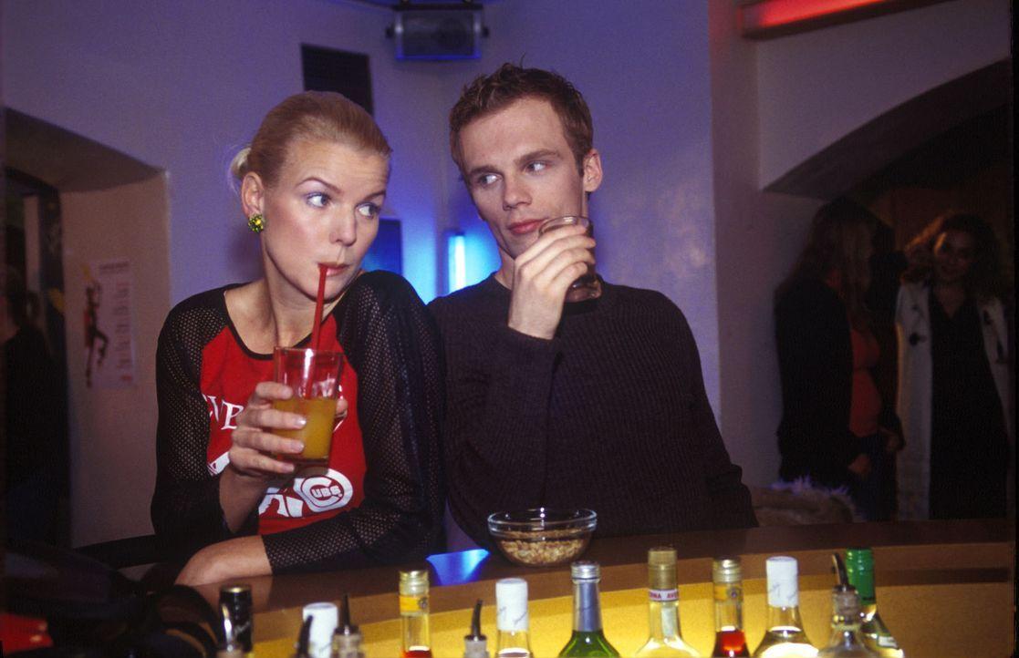 Mirja (Mirja Boes, l.) wundert sich über das sonderbare Trinkverhalten von Ralf (Ralf Schmitz, r.) an der Bar. - Bildquelle: Sat.1