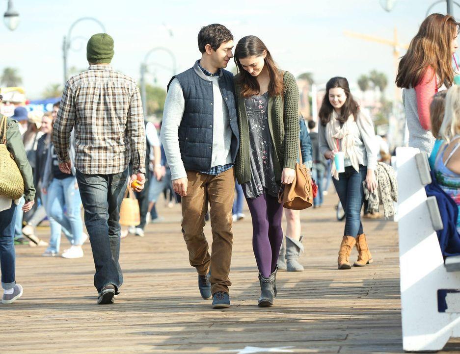 Als Nicole (Phoebe Tonkin, r.) und Dave (Michael Rady, l.) es mit einem Stalker zu tun bekommen, beginnen Jack und seine Kollegen sofort mit den Erm... - Bildquelle: Warner Bros. Entertainment, Inc.